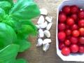 Kirschtomaten, Basilikum und Knoblauch